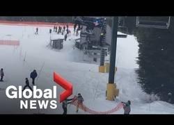 Enlace a Un grupo de chavales salvan un niño de 8 años tras estar a punto de caer de un telesilla en la nieve