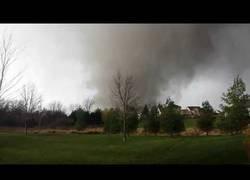 Enlace a Un tipo graba como un enorme tornado destruye su casa