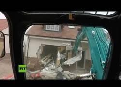 Enlace a Un obrero destruye varias casas con su máquina tras no cobrar