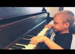 Enlace a Este niño con 6 años y ciego sorprende al mundo tocando en piano la mítica