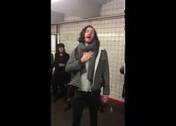 Enlace a Hozier sorprende en el metro de Nueva York cantando