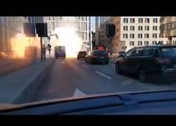 Enlace a Graban el momento exacto en el que un autobús explota en pleno centro de Estocolmo