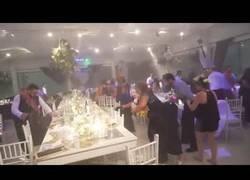 Enlace a El huracán que se presentó por sorpresa en esta boda y arruinó por completo el banquete
