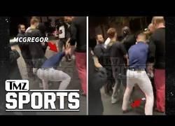 Enlace a Captan el momento en el que Conor McGregor destroza el móvil de una persona contra el suelo