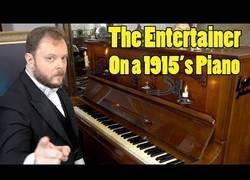 Enlace a Tocando un piano de 1915