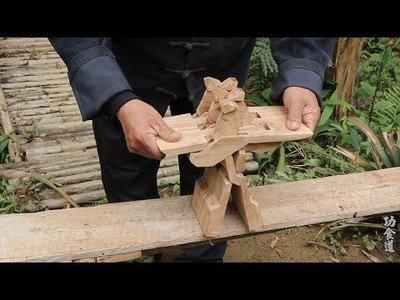 El brutal asiento que hace este señor tallando de un simple trozo de madera