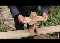 Enlace a El brutal asiento que hace este señor tallando de un simple trozo de madera