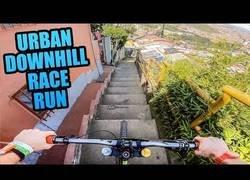 Enlace a Descendiendo a toda prisa por las calles de este poblado de Colombia