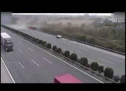 Enlace a Salió de su coche para pedir ayuda en plena carretera y un camión se llevó por delante su auto
