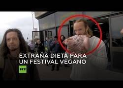 Enlace a Un hombre se come una cabeza de cerdo cruda en mitad de un festival vegano