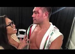 Enlace a Gran indignación en las redes por este beso que le planta este boxeador a la reportera sin consentirlo