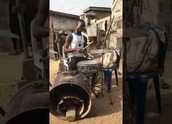 Enlace a Gran indignación por este nigeriano que es un maestro total tocando la batería