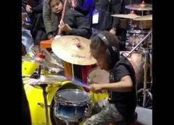 Enlace a Este niño de cuatro años toca la batería como un auténtico maestro