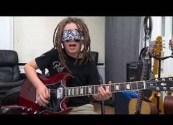 Enlace a Tiene 9 años y así toca Comfortably Numb con la guitarra y los ojos tapados