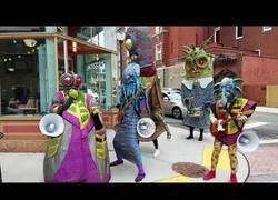 Enlace a Y de repente en frente de una cafetería te encuentras una banda de aliens