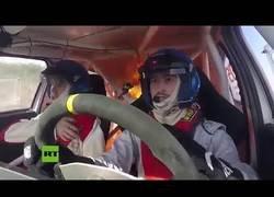 Enlace a Grabado el momento en el que un coche de rallyes se incendia en plena carrera con dos pilotos dentro