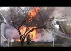 Enlace a Esa casa estaba tan infestada por cucarachas que los bomberos decidieron incendiarla literalmente