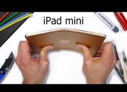 Enlace a Un Youtuber quema, raya y dobla el nuevo iPad mini para comprobar su resistencia