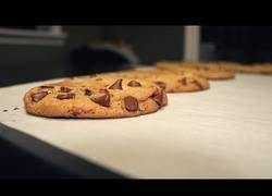 Enlace a Cocinando unas galletitas deliciosas con trozos de chocolate