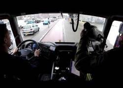 Enlace a Camión de bomberos lucha contra el tráfico de Holanda para llegar a su destino en un momento de emergencia