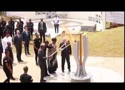Enlace a Un borracho Jean-Claude Juncker casi le prende fuego a la Primera Dama de Ruanda durante la celebración del aniversario del genocidio de los Tutsi