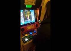 Enlace a Graba a su mujer jugando a este juego y al lado está jugando un japonés en modo leyenda