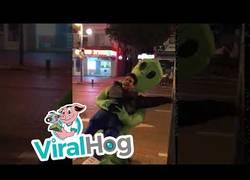 Enlace a Y de repente en las calles de Tel Aviv un humano fue abducido por un alien