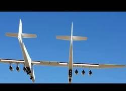 Enlace a Se llama Stratolaunch y es el avión más grande del mundo. Así ha sido su primer vuelo