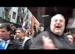 Enlace a Albert Rivera llamando desde su coche 'Cobarde' a la gente en Rentería mientras le defienden decenas de policías