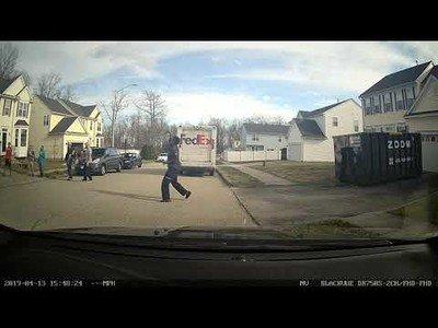 El repartidor de FedEx hizo una parada al ver una canasta de baloncesto en su trayecto