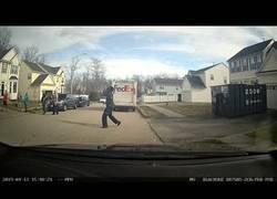 Enlace a El repartidor de FedEx hizo una parada al ver una canasta de baloncesto en su trayecto