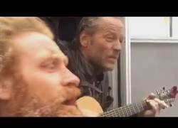 Enlace a Jorah, The Hound, Tormund y Beric tocando y cantando una canción durante los descansos del rodaje de Juego de Tronos