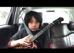 Enlace a El arte de este chico tocando el ukelele es infinito