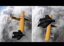 Enlace a Este deportista extremo se la juega volando junto a una avioneta a 5000 metros de altura