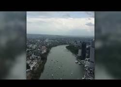 Enlace a La gente que estaba en este edificio de Brisbane (Australia) se cagó por completo al pensar que este avión iba a impactar contra ellos