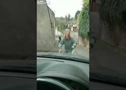Enlace a Esta mujer ha decidido que hay que ir lento por la carretera