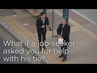 Pide ayuda con la corbata ante su primera entrevista de trabajo y la reacción de la gente es sublime