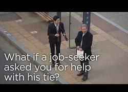Enlace a Pide ayuda con la corbata ante su primera entrevista de trabajo y la reacción de la gente es sublime
