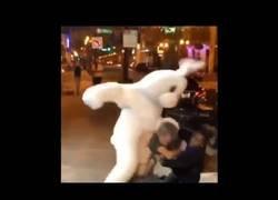 Enlace a 'Bad Bunny' se mete en una pelea callejera contra dos personas