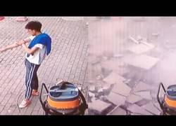 Enlace a Este tipo se salva de milagro tras la caída de este grupo de piedras de un edificio