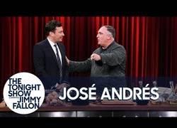 Enlace a José Andrés enseña a Jimmy Fallon a hacer una tortilla española