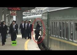 Enlace a Guardaespaldas de Kim Jong-un sacan brillo a su tren al llegar a Vladivostok