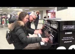 Enlace a El genial dúo improvisado tocando el piano en la estación