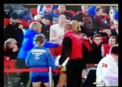 Enlace a Locura total: una luchadora rusa ataca por sorpresa a la rival que estaba en las gradas y le rompe la nariz