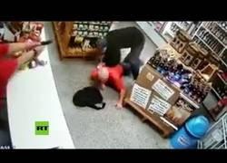 Enlace a Acude a una tienda a robar y se lleva un disparo en la espalda