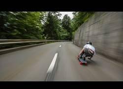 Enlace a Descendiendo a lo loco por carreteras suizas a más de 100km/h en monopatín