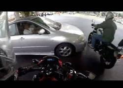 Enlace a Se salta un semáforo y le rompe una pierna a un motorista