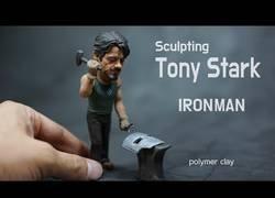 Enlace a Esculpiedo a Tony Stark con arcilla