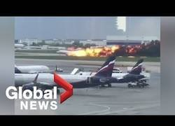 Enlace a El dramático momento en el que un avión aterriza en el aeropuerto de Moscú envuelto en llamas