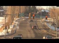 Enlace a Y de repente aparece una moto de nieve volando sobre los coches